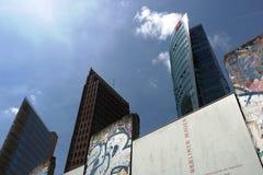 berna 06/14/2018 Το παλαιό τείχος του Βερολίνου και στο υπόβαθρο οι ουρανοξύστες Potsdamer Platz στοκ φωτογραφίες με δικαίωμα ελεύθερης χρήσης