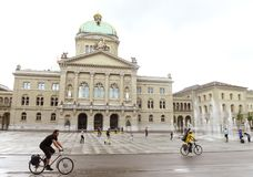 Berna, Suíça - 3 de junho de 2017: Bu suíços da construção do parlamento imagens de stock