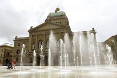 Berna, Suíça - 3 de junho de 2017: Bu suíços da construção do parlamento Foto de Stock