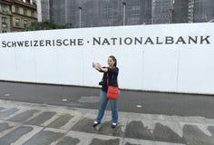 Berna, Suíça - 4 de junho de 2017: A jovem mulher faz o selfie próximo Fotos de Stock