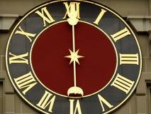 Berna, Su??a 08/02/2009 Face do relógio do relógio suíço antigo imagens de stock