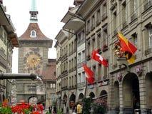 Berna, Suiza 08/02/2009 Calle de Berna con el reloj y el founta imágenes de archivo libres de regalías