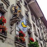 Berna, Suiza - 25 de junio de 2012: El grifo viejo adorna el edificio del gremio del ` de los tejedores en Kramgasse Foto de archivo