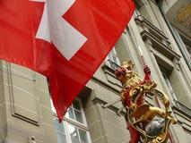 Berna, Suiza 08/02/2009 Detalle de la bandera y de la muestra fotografía de archivo