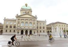 Berna, Svizzera - 3 giugno 2017: Bu svizzeri della costruzione del Parlamento immagini stock