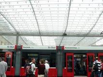 Berna, Svizzera 08/02/2009 Passeggero alla stazione del tram fotografia stock