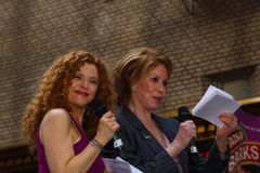 Bernadette Peters (lt.) & Mary Tyler Moore Stock Photo