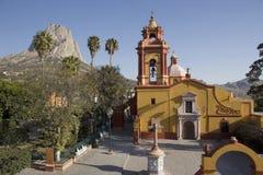 Bernal教会和巨型独石  图库摄影