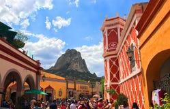 Bernal Querétaro/Mexico - Juni 11, 2017 turister i gator nedanför den Peï ¿ ½en en de Bernal, en 1400 fot - högväxt monolit royaltyfria bilder