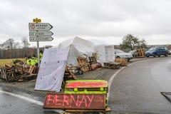 Bernay Normandie, Frankrike Frankrike - November 25, 2018: Demonstranter kallade gula västar under en demonstration mot arkivbild