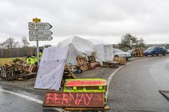 Bernay, Normandy, França França - 25 de novembro de 2018: Os demonstradores chamaram vestes amarelas durante uma demonstração con fotografia de stock