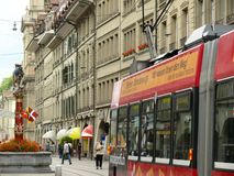 Berne, Suisse 08/02/2009 Rue de Berne avec l'horloge et la source images stock