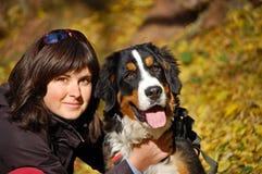 Berner Sennenhund mit Mädchen Stockbilder