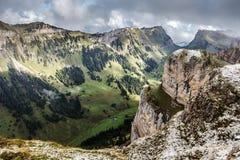 Bernese Альпы от вершины Niederhorn в лете, кантоне Bern, Швейцарии, обоев стоковые изображения