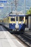 Bernese Oberland järnväg drev som ankommer i Lauterbrunnen Royaltyfri Fotografi