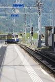 Bernese Oberland järnväg drev som ankommer i Lauterbrunnen Arkivbilder