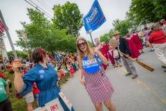 Bernie Supporters em VT 4o de Warren da parada de julho Imagens de Stock Royalty Free