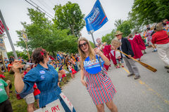 Bernie Supporters på kaningårdVT 4th Juli ståtar Royaltyfria Bilder