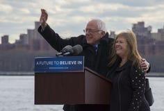 Bernie und Jane Sanders - Sammlung in Greenpoint Lizenzfreie Stockfotos