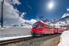 Bernina för schweiziskt bergdrev uttryckliga korsade fjällängar med snöväggen Fotografering för Bildbyråer