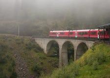 Berninasneltrein in de Zwitserse die alpen in de mist worden verloren Stock Foto