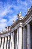 Bernini kolonnad av den berömda San Pietro basilikan Arkivbilder