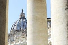 Bernini kolumny przeciw świątobliwej Peter bazylice tła bazyliki bernini miasta fontanny Peter Rome s kwadratowy st Vatican fotografia royalty free