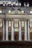 圣彼得大教堂入口在罗马 背景大教堂bernini城市喷泉彼得・罗马s方形st梵蒂冈 意大利 图库摄影