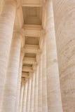 Berninis kolonnad i piazza San Pietro arkivfoto