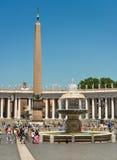 Berninis springbrunn lokaliserade direkt framme av Sts Peter basilika i Vaticanet City, royaltyfri bild
