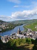 Bernkastel-Kues, Alemania, visión rio abajo del castillo Fotos de archivo