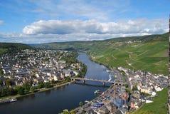 Bernkastel-Kues, Alemania, visión rio abajo del castillo Foto de archivo libre de regalías