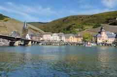 Bernkastel-Kues en el Mosela con el puente Imagen de archivo