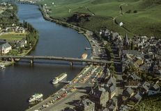Bernkastel-Kues och pir för turist- fartyg på den Mosel floden royaltyfria foton