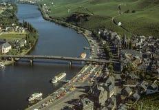 Bernkastel-Kues und Pier des touristischen Bootes auf Mosel-Fluss Lizenzfreie Stockfotos