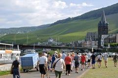 Bernkastel, vingårdar och turister på floden Moselle royaltyfri bild