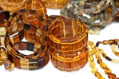 Bernsteinfarbige Armbänder auf Weiß Stockfoto