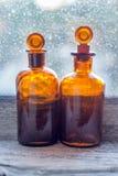 Bernsteinfarbige Flaschen Stockfotos