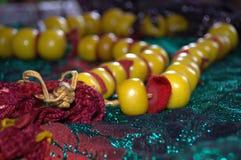 Bernsteinfarbige Halskette des marokkanischen Berber auf funkelndem grünem Schal des Berber Lizenzfreie Stockfotos