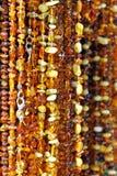 Bernsteinfarbige Halsketten auf einem Marktströmungsabriß Lizenzfreie Stockfotografie