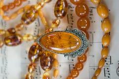 Bernsteinfarbige Halsketten und Anhänger Stockfoto