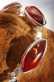 Bernsteinfarbiges Armband auf Stein lizenzfreie stockbilder