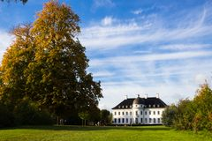 Bernstoff宫殿看法在哥本哈根北部的一个公园 库存图片