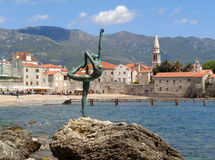Beroemd Ballerinabeeldhouwwerk tegen de Oude Stad van Budva stock fotografie