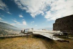 Beroemd die vliegtuig in vesting van Gjirokastra, Albanië wordt gevestigd Royalty-vrije Stock Afbeeldingen
