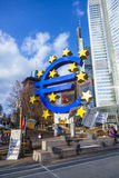 Beroemd euro teken in Frankfurt Stock Fotografie