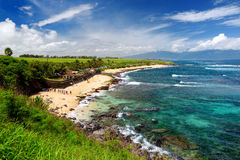 Beroemd Hookipa-strand, populaire die het surfen vlek met een wit zandstrand wordt gevuld, picknickgebieden en paviljoenen Maui,  royalty-vrije stock foto's