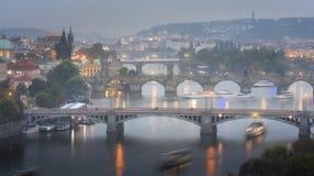 Beroemd iconisch beeld van Charles-brug, Praag, Tsjechische Republiek royalty-vrije stock afbeeldingen