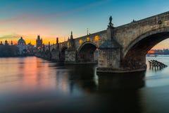 Beroemd iconisch beeld van Charles-brug, Praag, Tsjechische Republiek C royalty-vrije stock foto's