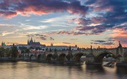 Beroemd iconisch beeld van het kasteel van Praag en Charles Bridge, Praag, Tsjechische Republiek Concept wereldreis, sightseeing  royalty-vrije stock afbeeldingen